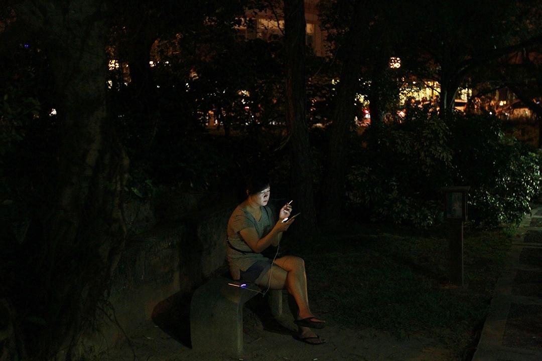 2017得獎作品《追夢人》。手機遊戲軟體寶可夢(Pokemon GO),2016年在台灣引起熱烈的風潮,街頭巷尾到處都是低著頭專注看著手機螢幕,搜尋著遊戲寶貝的「追夢人」。人們著迷於手機裡的虛幻世界,彷彿不屬於身邊的現實世界。一有寶貝出現,人們舉起手機聚集奔跑,一如電影中失去意志的喪屍。追夢人的風潮反應了在人手一機,現代人生活離不開網路,真實世界與虛幻世界分不清界限的當代。