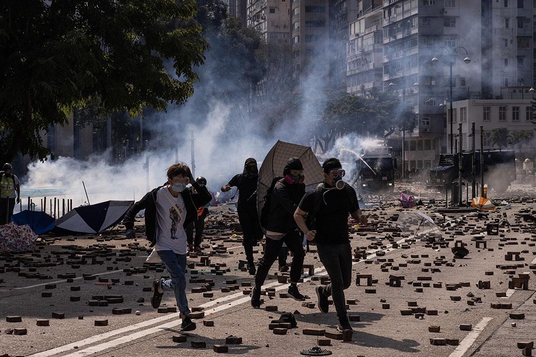 11月18日,漆咸道南,大批防暴警員驅散示威者。