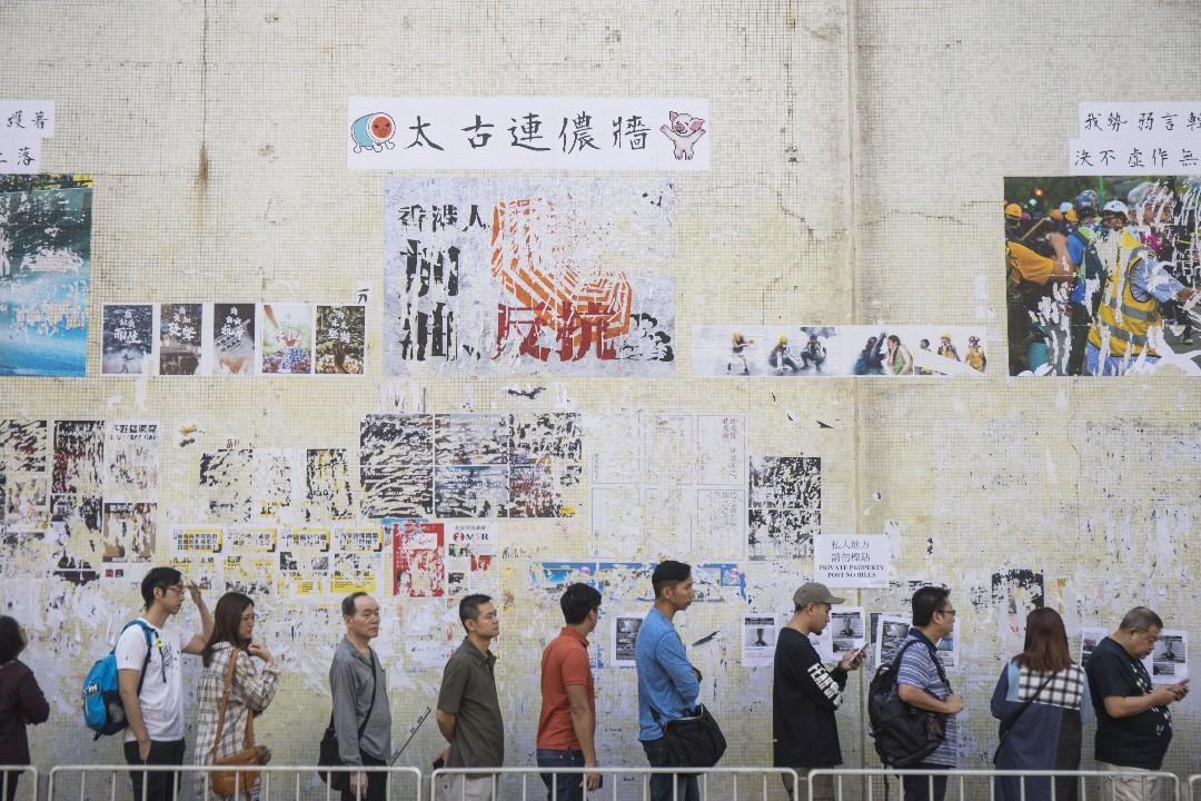 2019年11月24日,香港區議會選舉投票日,太古一個票站投票人數眾多。 攝:陳焯煇/端傳媒