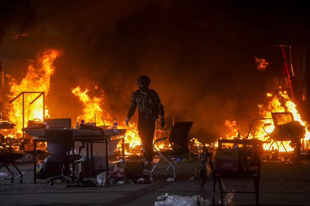2019年11月18日,示威者在理大出入口及天橋連接燃點路障,阻止警方攻入校園。