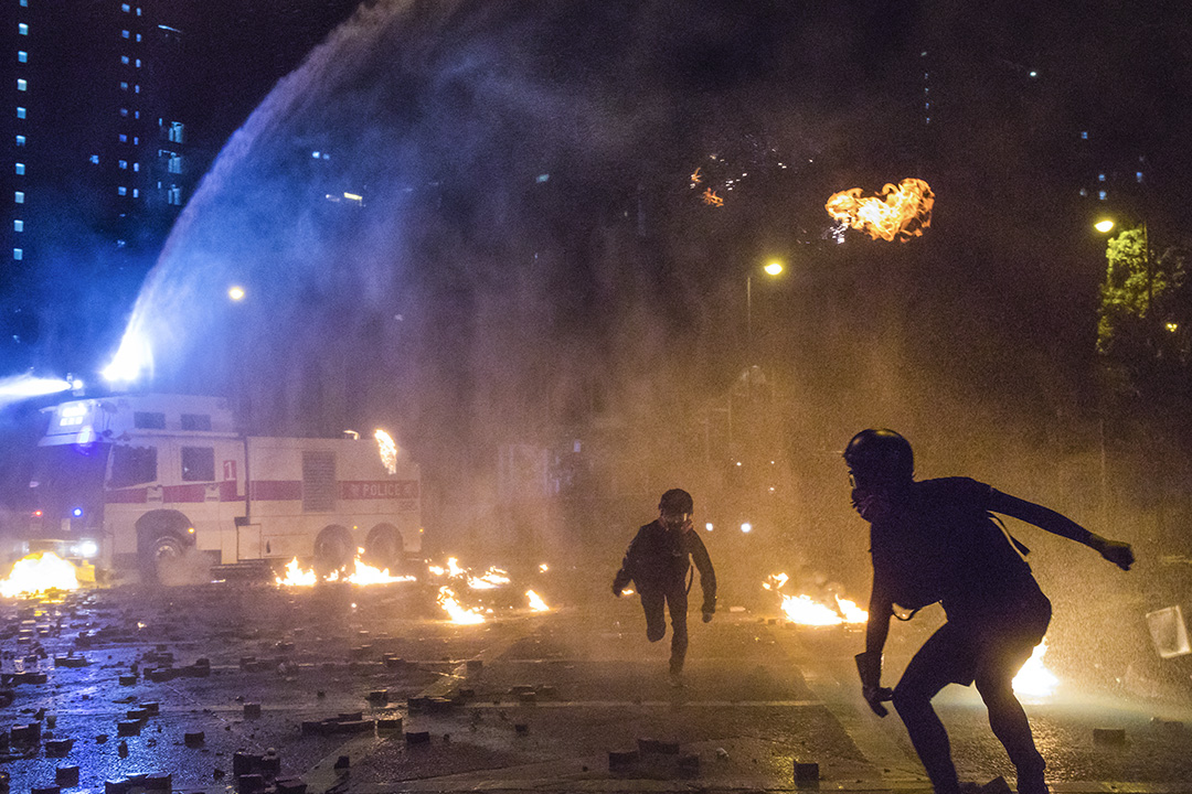 2019年11月18日,警方出動水砲車驅散示威者,示威者則向水砲車投擲汽油彈。