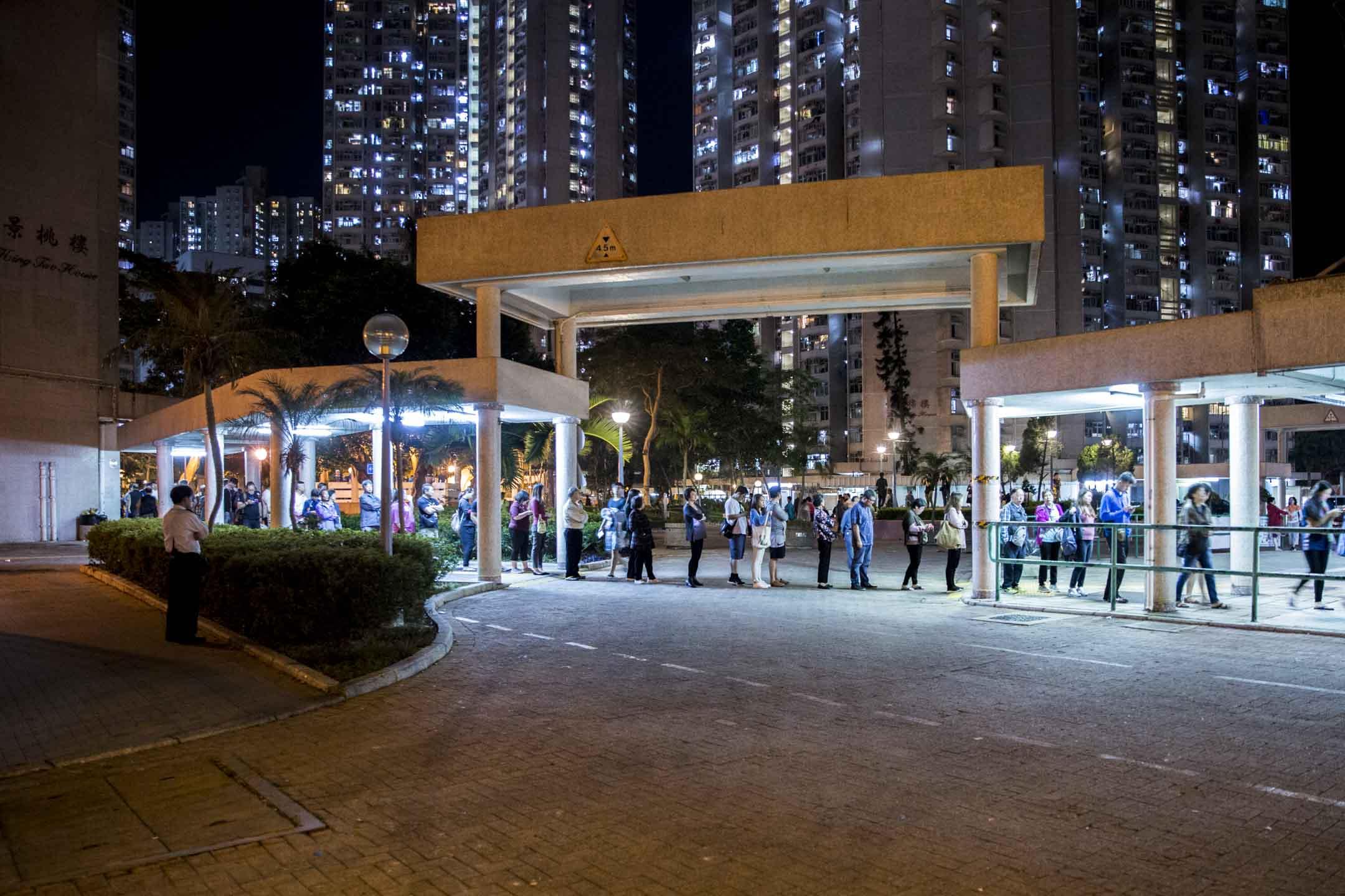 2019年11月24日,香港區議會選舉,市民排隊投票。 攝:林振東/端傳媒