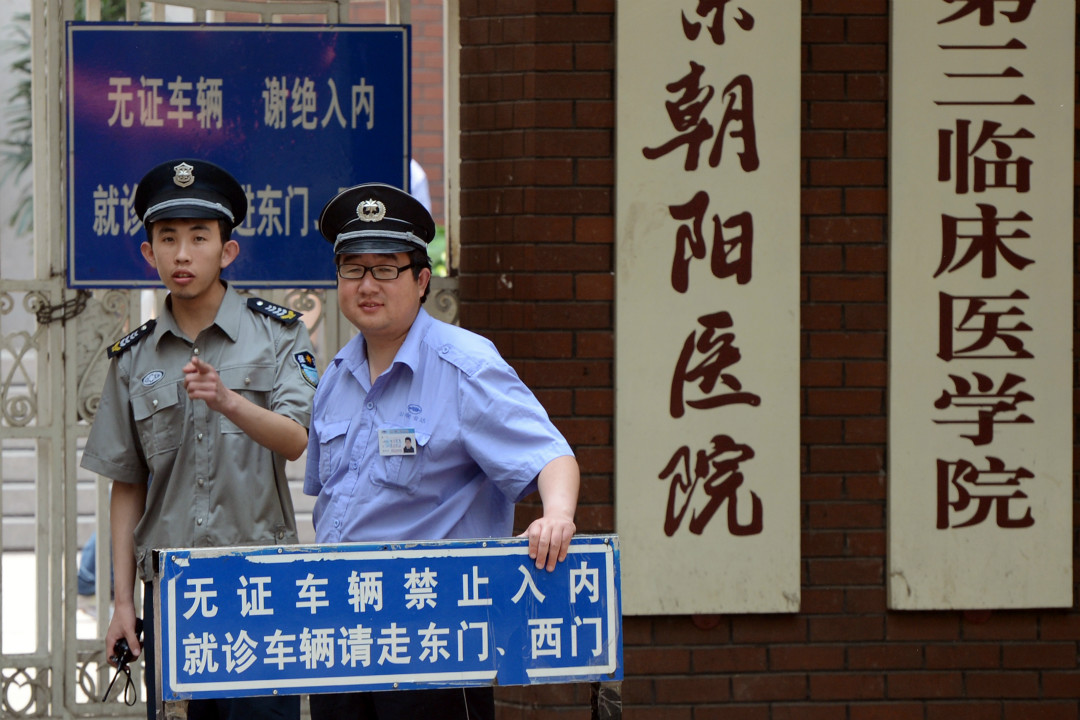 2012年5月18日,北京朝陽醫院門口安保人員。 攝:Mark Ralston/GettyImages
