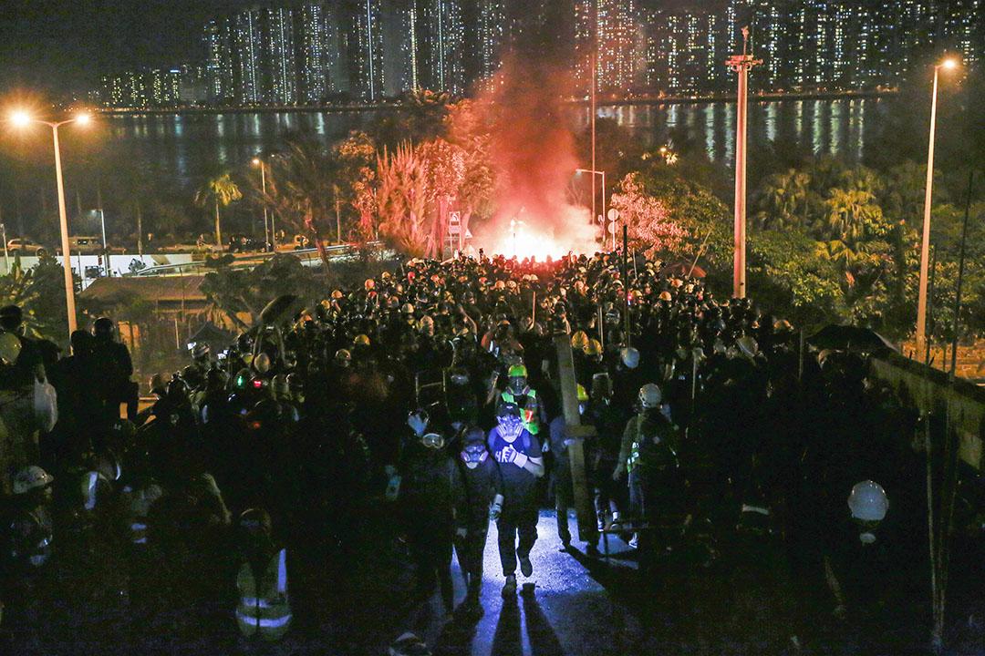 2019年11月12日,警方進入香港中文大學,與示威者對峙。 攝:林振東/端傳媒