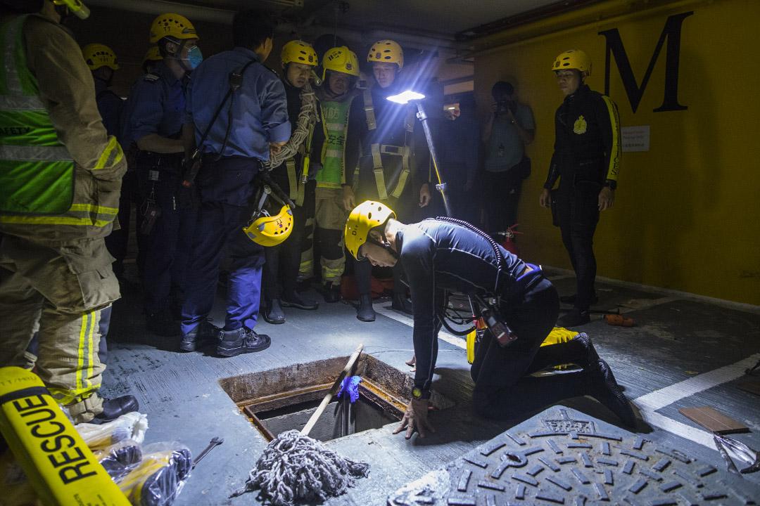 消防蛙人後來穿上裝備多次落渠搜索,搜索近2個多小時都未有發現失縱人士。