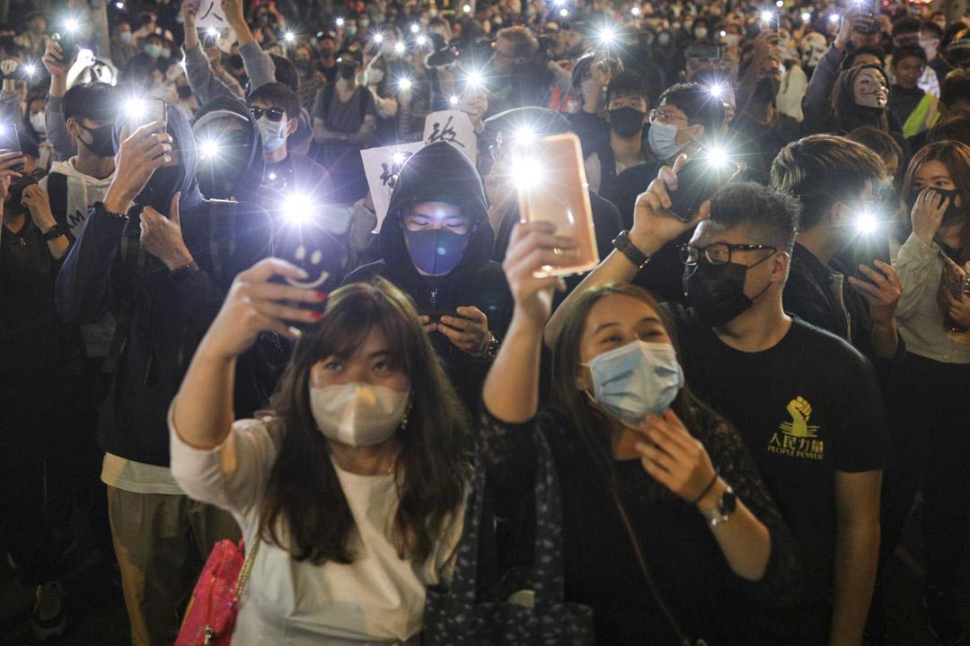 2019年11月25日,香港理工大學附近,逾百名抗議者聲援校內留守人士,呼籲警方放人。 攝:劉子康/端傳媒