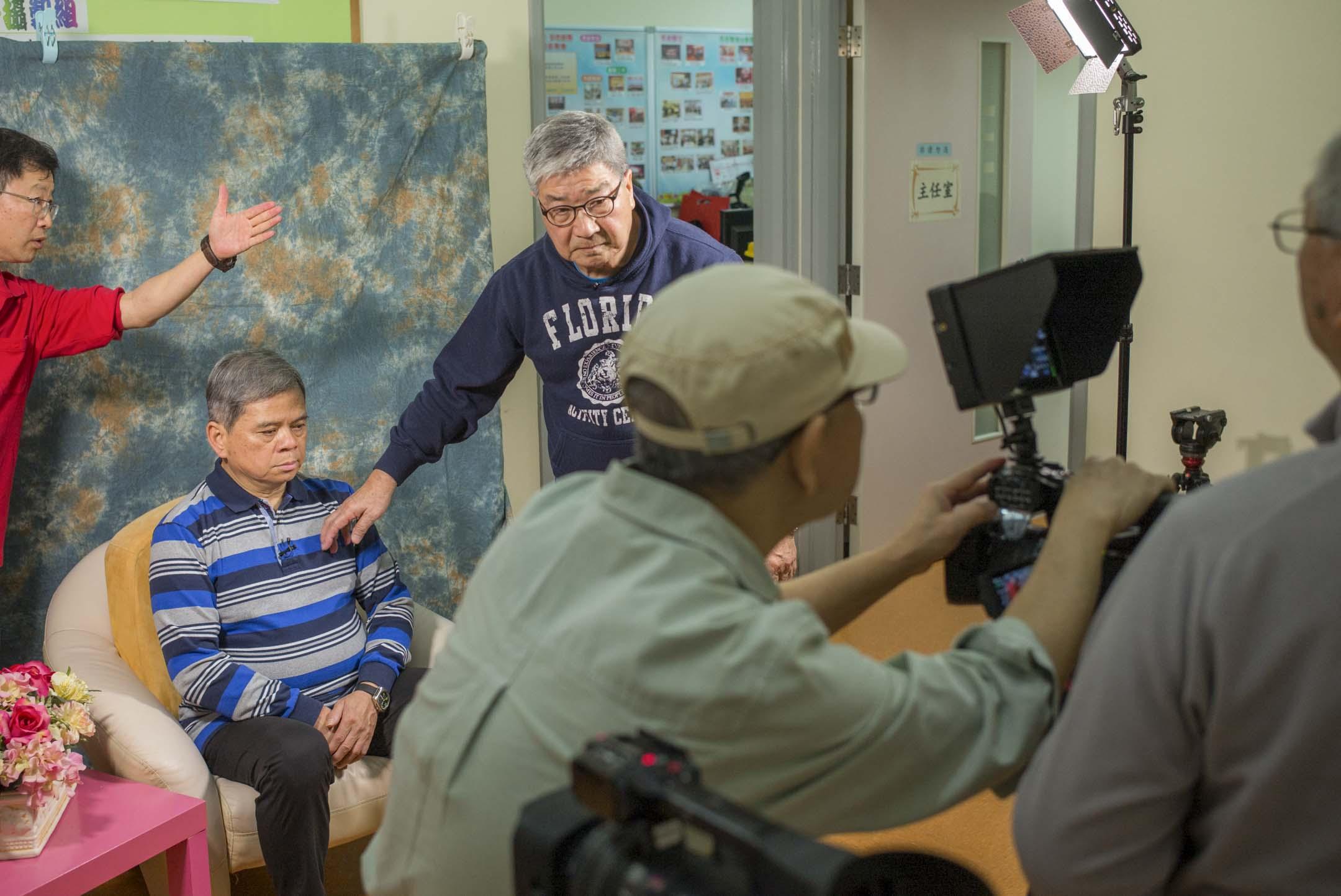 「生前遺言」攝製組共有10個成員,平均年齡超過68歲。經營這個攝製組,對成員來說就像是退休後的一份全職工作。用吳國雄的話來說,是證明「老而不廢」。 攝:林振東/端傳媒