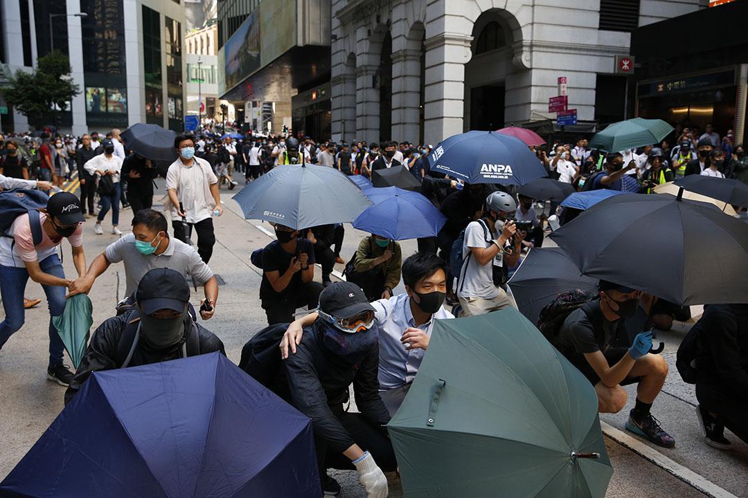 11月11日,中午一點左右,中環,示威者開始佔路。