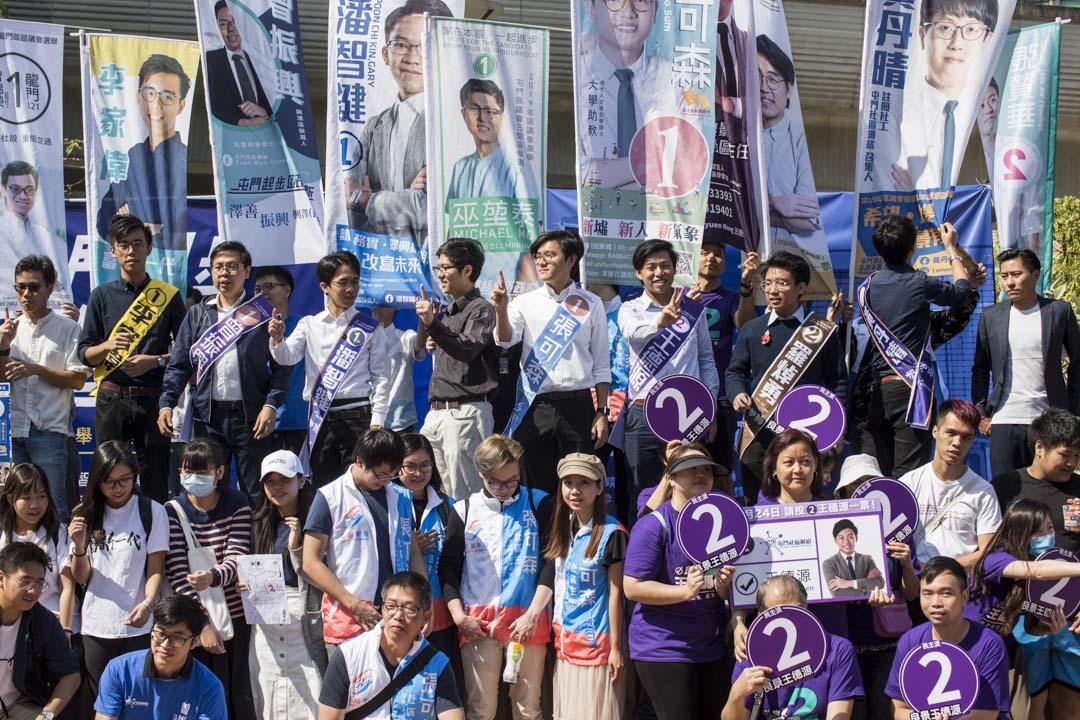 屯門「十一素人」的造勢大會仿似一場大學上莊的就職典禮。