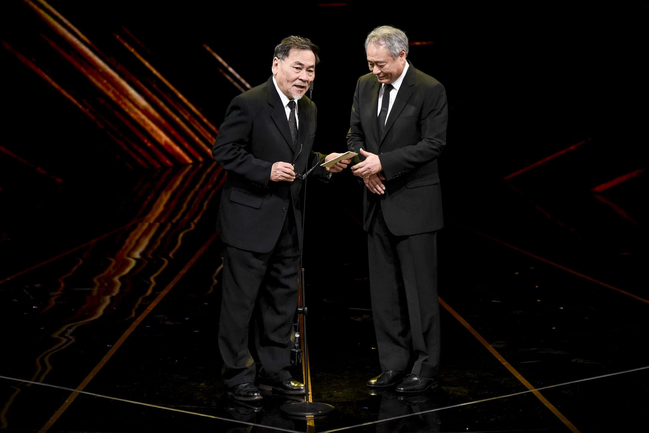 第五十六屆金馬獎,「終身成就獎」得主王童及金馬獎主席李安。 圖:金馬執委會提供
