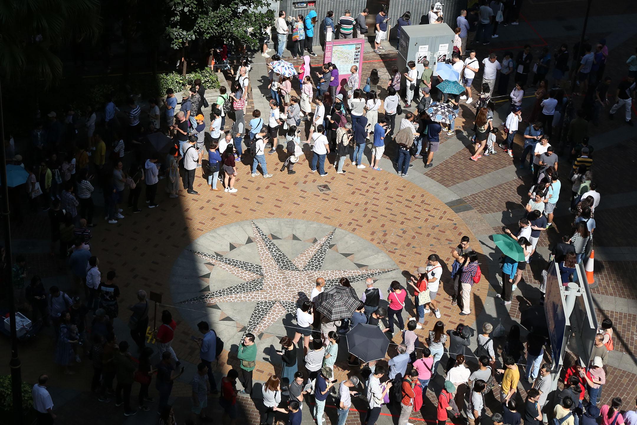 2019年11月24日區議會投票日,中午12點左右,上環,市民排隊投票。