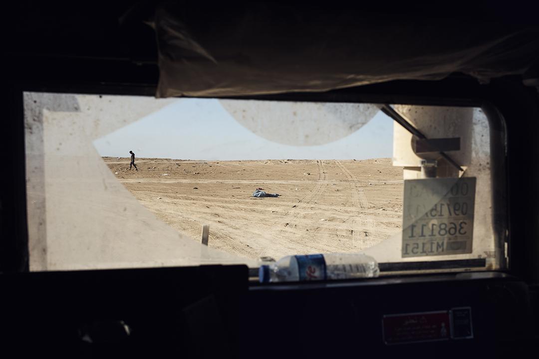 乘坐庫爾德武裝的「悍馬」巡邏車往返於奧馬爾油田附近,視線內隨處可見燒燬的金屬機械零件。