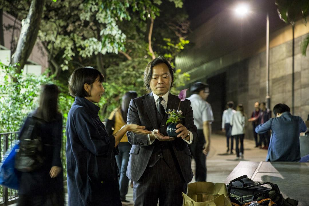 區議會投票前三天的11月21日,劉偉聰在又一城外的街上繼續拉票。