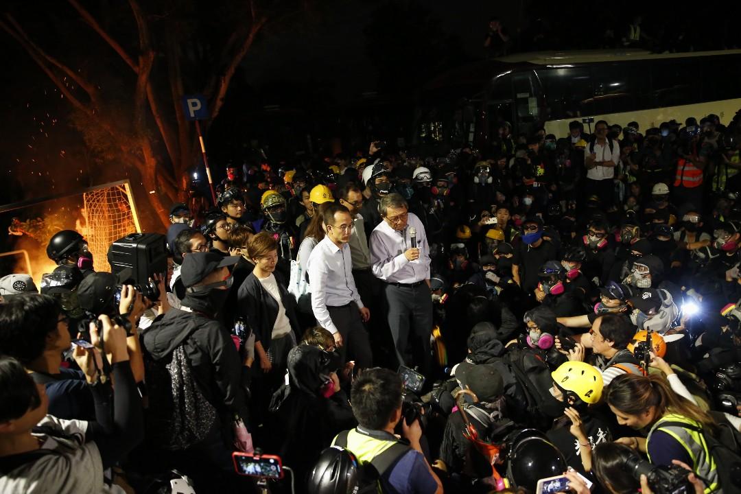 2019年11月12日,警方進入香港中文大學,中大校長段崇智到場。