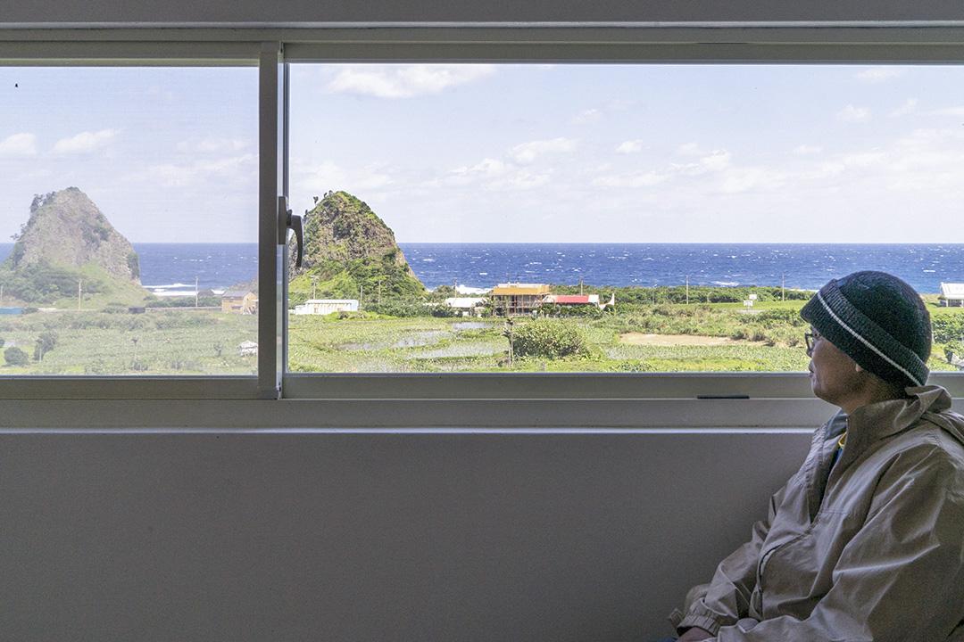 謝永泉的家,窗外正對朗島部落海域。