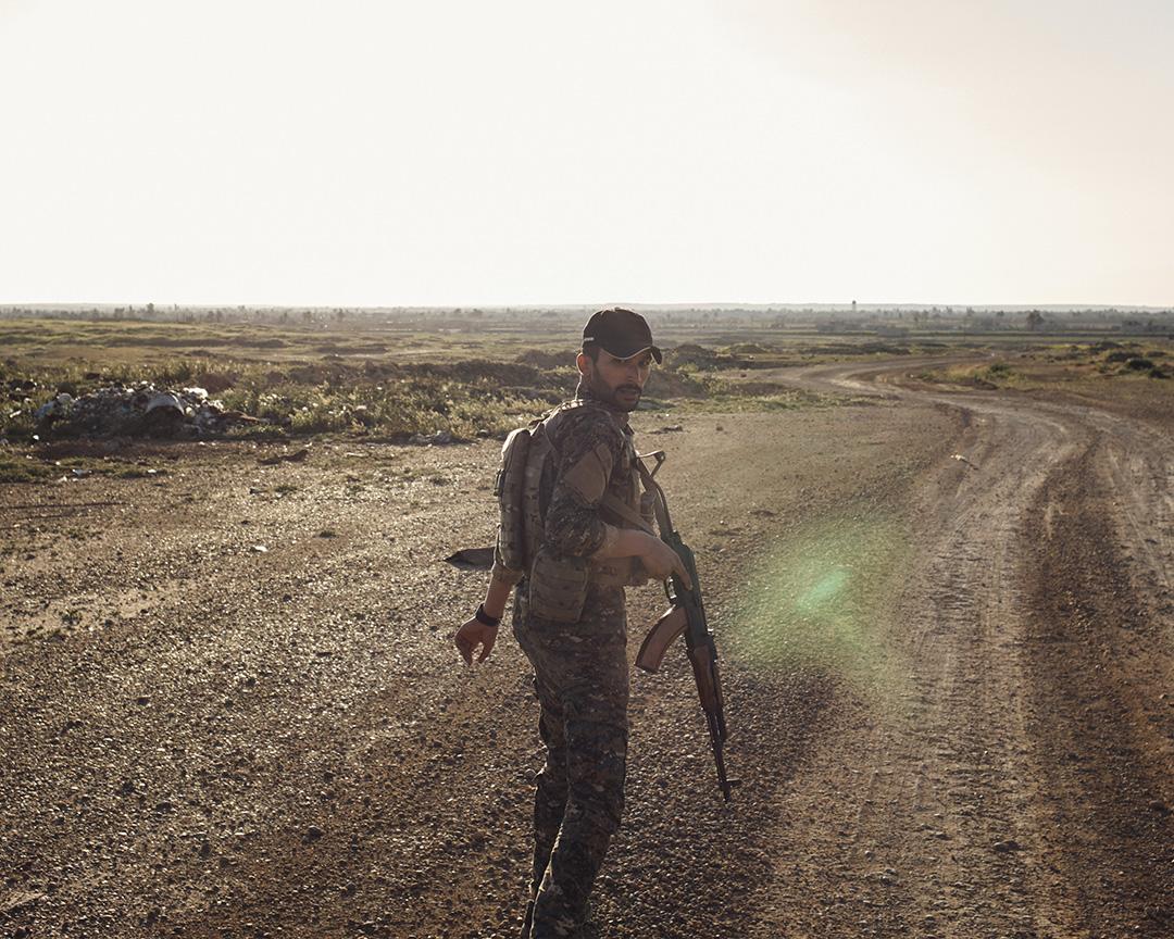 「人民保衞軍」戰士曼索爾帶領我們前往艾什沙法赫丘陵附近的一處陣地巡查。