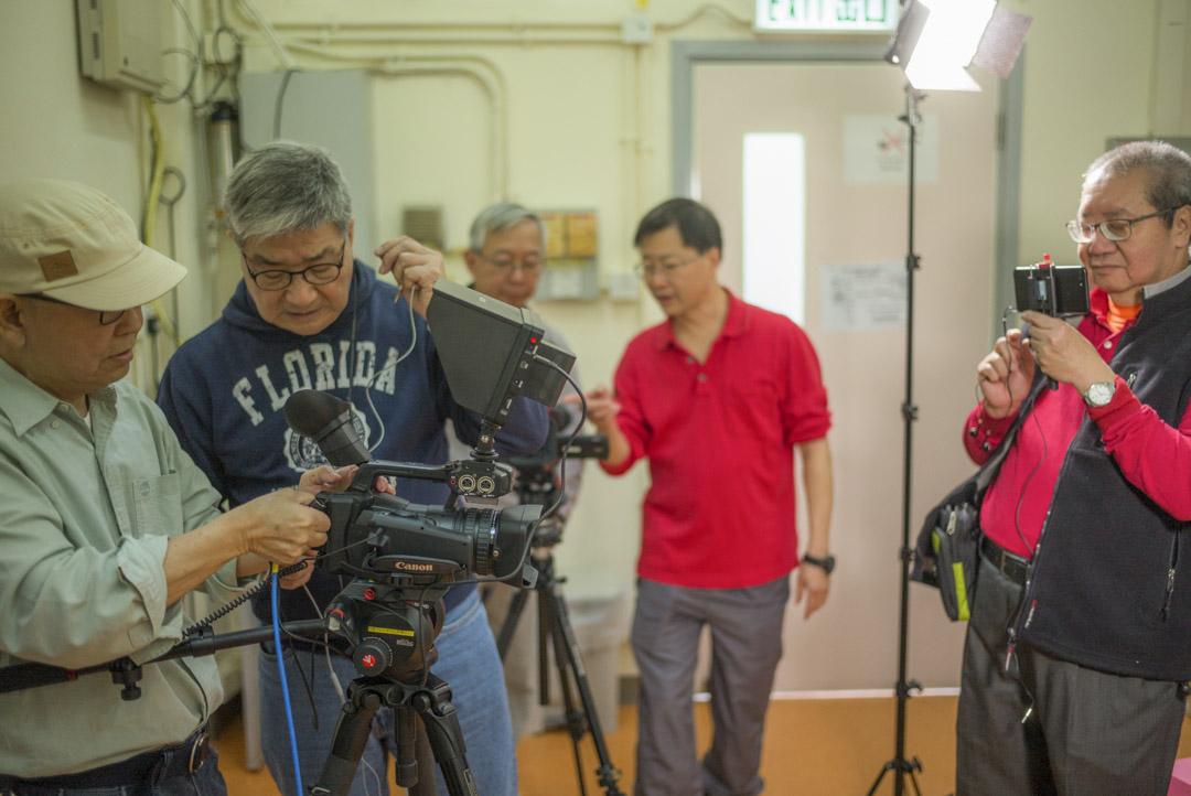 攝製組架起背景板,打好燈,彼此用對講機保持溝通,有時一部機拍攝,有時出動到兩部機,設置好這一切,往往就需要四五個人手用去一小時的時間。