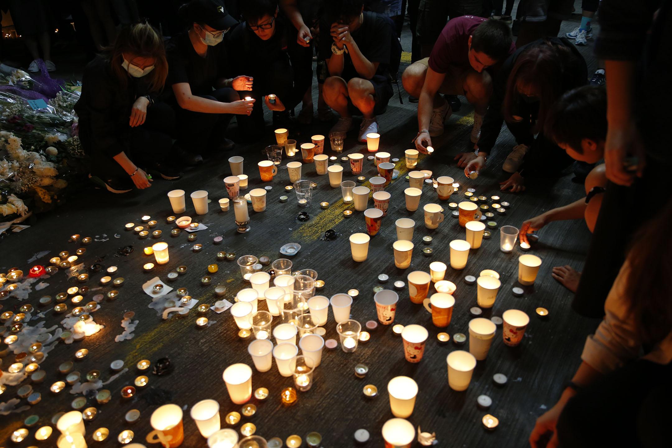 11月8日晚上,將軍澳尚德停車場,市民自發為早前在此墮下、今早離世的科大學生周梓樂舉行悼念會。 攝:林振東 / 端傳媒