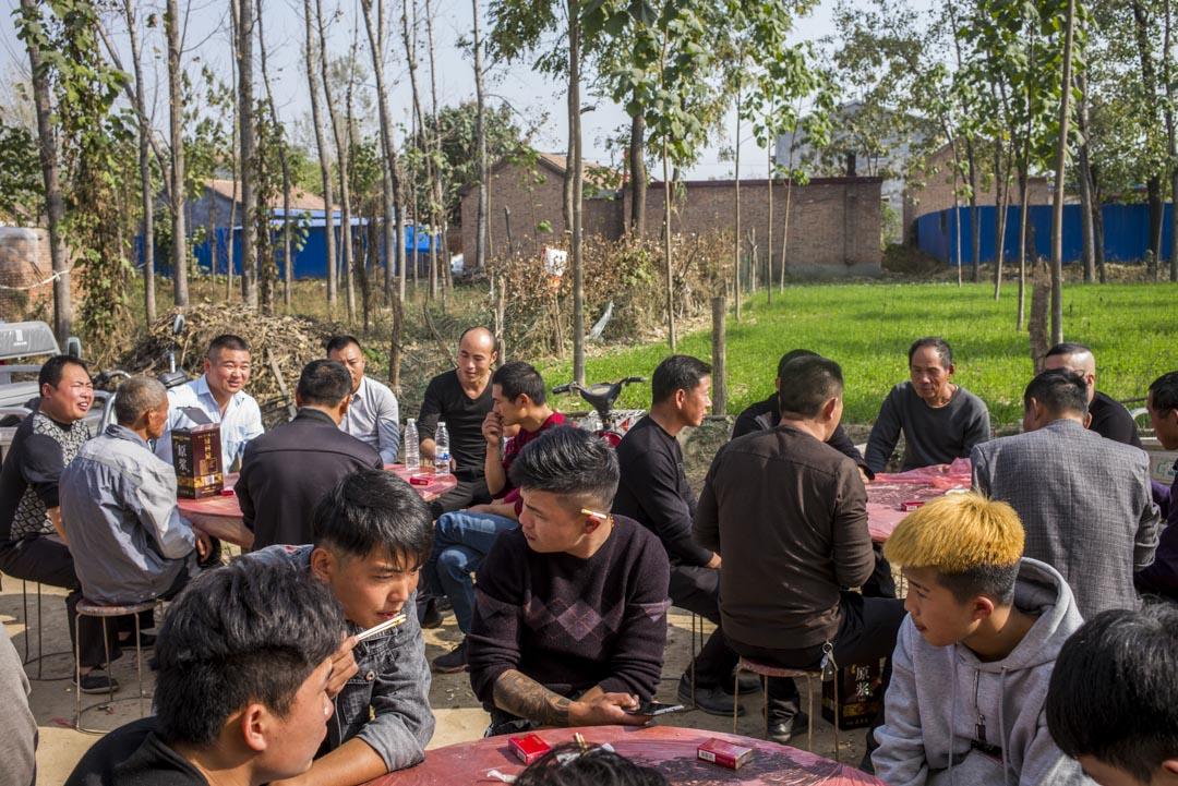 中國的農村大多存在男女比率不平衡的問題。圖為河南東部農村一個婚禮上的男士。