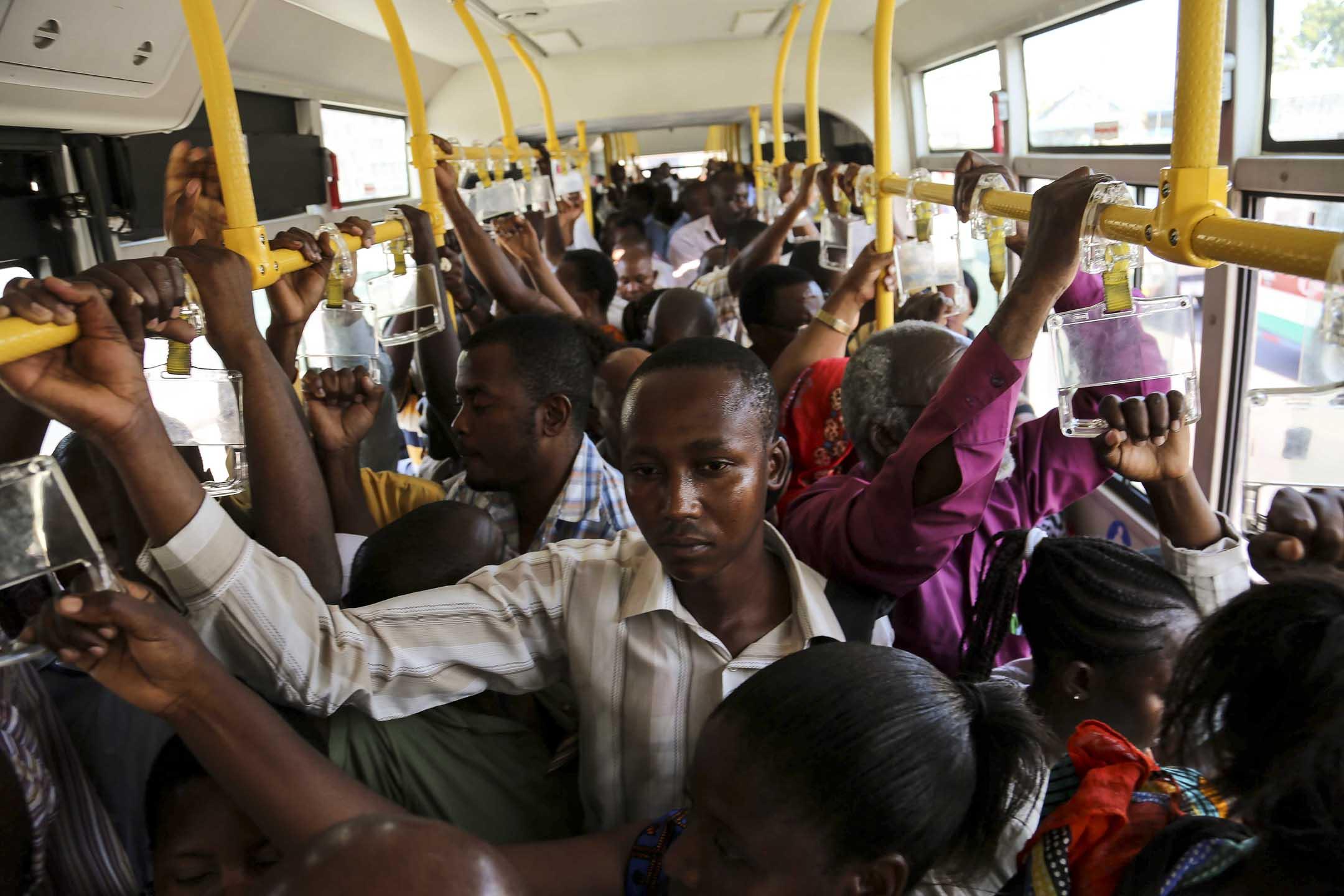 2016年,坦桑尼亞巴士上的乘客。