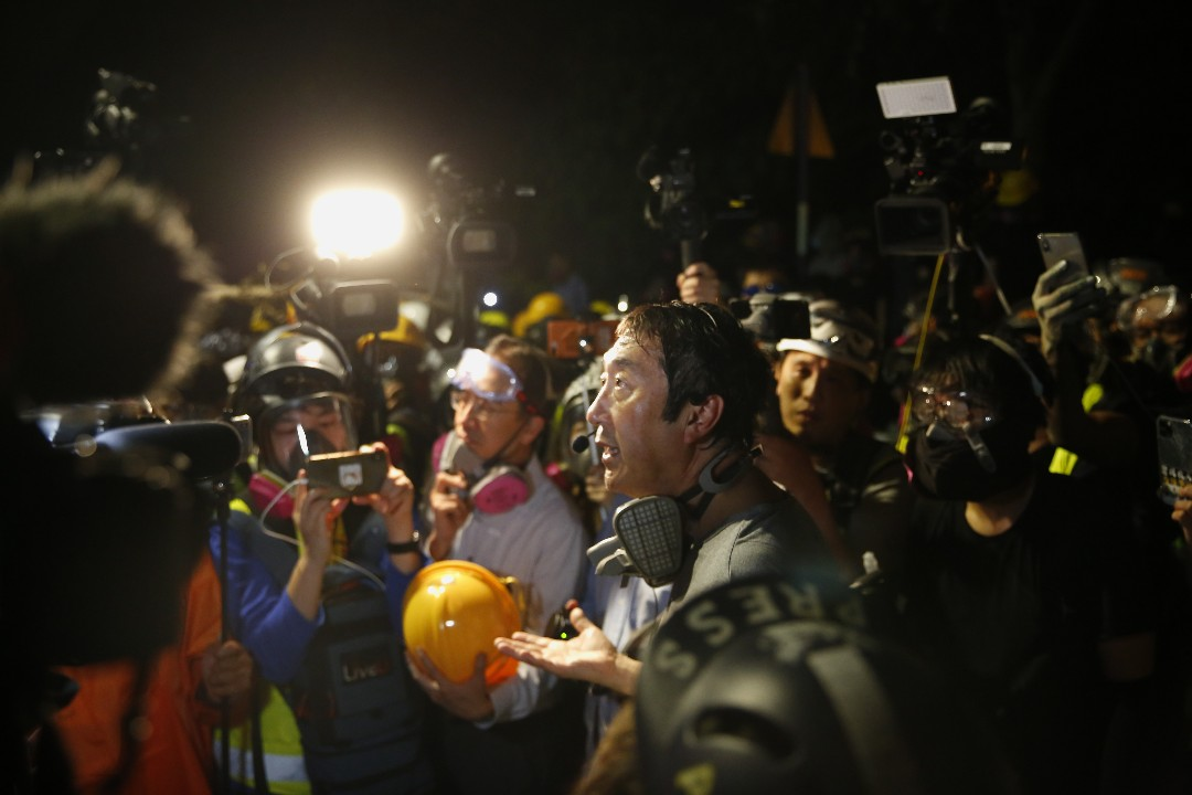 2019年11月12日,警方進入香港中文大學,中大前校長沈祖堯到場。