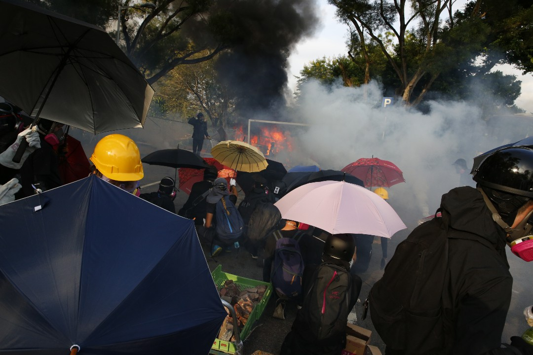 2019年11月12日,警方進入香港中文大學,並發射催淚彈。