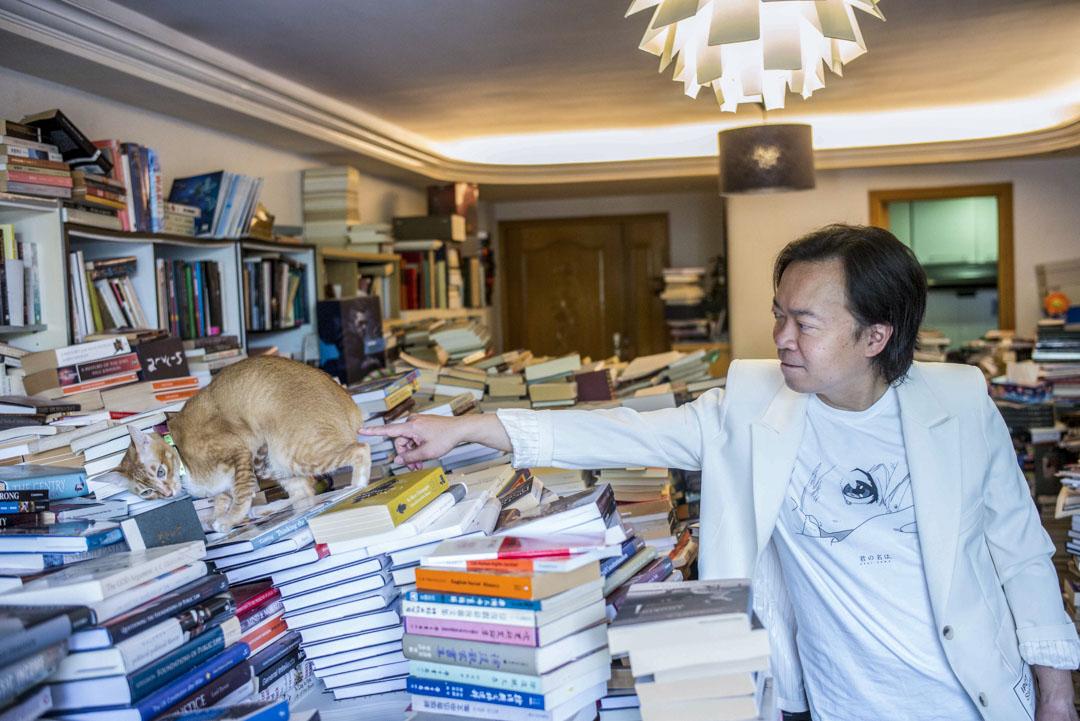 劉偉聰與名為陳寅恪的貓在過萬藏書的家中。 攝:林振東/端傳媒