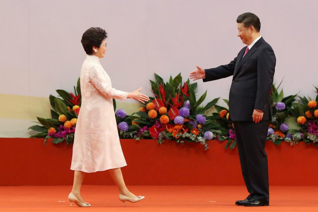 2017年7月1日,香港會展中心,習近平與林鄭月娥在香港第五屆政府成立典禮上握手。 攝:Sam Tsang/Getty Images