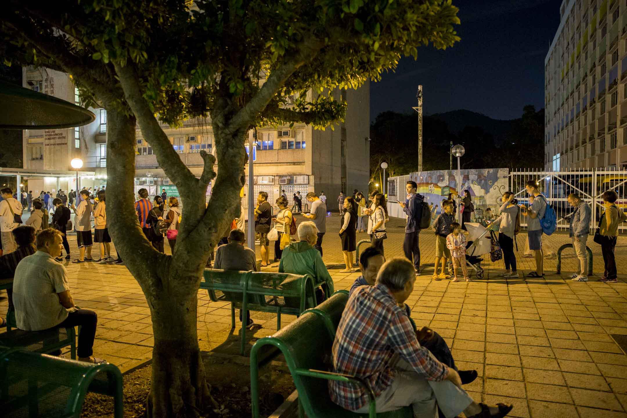 2019年11月24日區議會投票日,將軍澳景林邨票站,距離投票結束時間尚餘半小時,票站外仍有許多市民排隊,等候投票。
