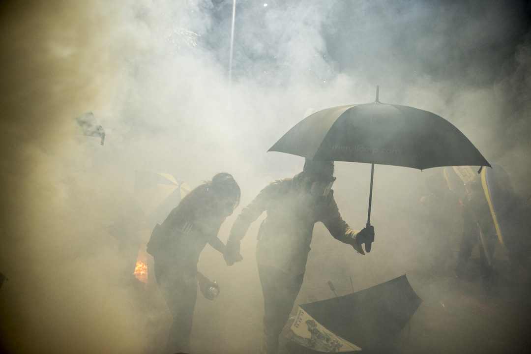 2019年11月12日,警方進入香港中文大學,發射催淚彈。