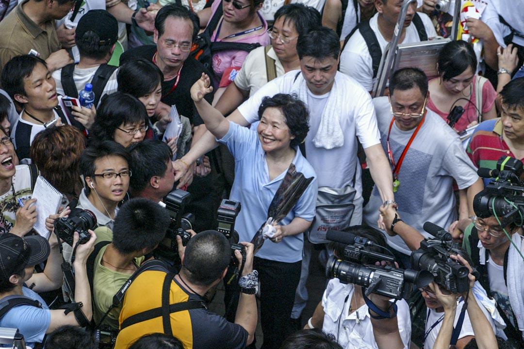 2006年7月1日,陳方安生首次高調參加七一遊行,表達支持香港實行普選訴求。