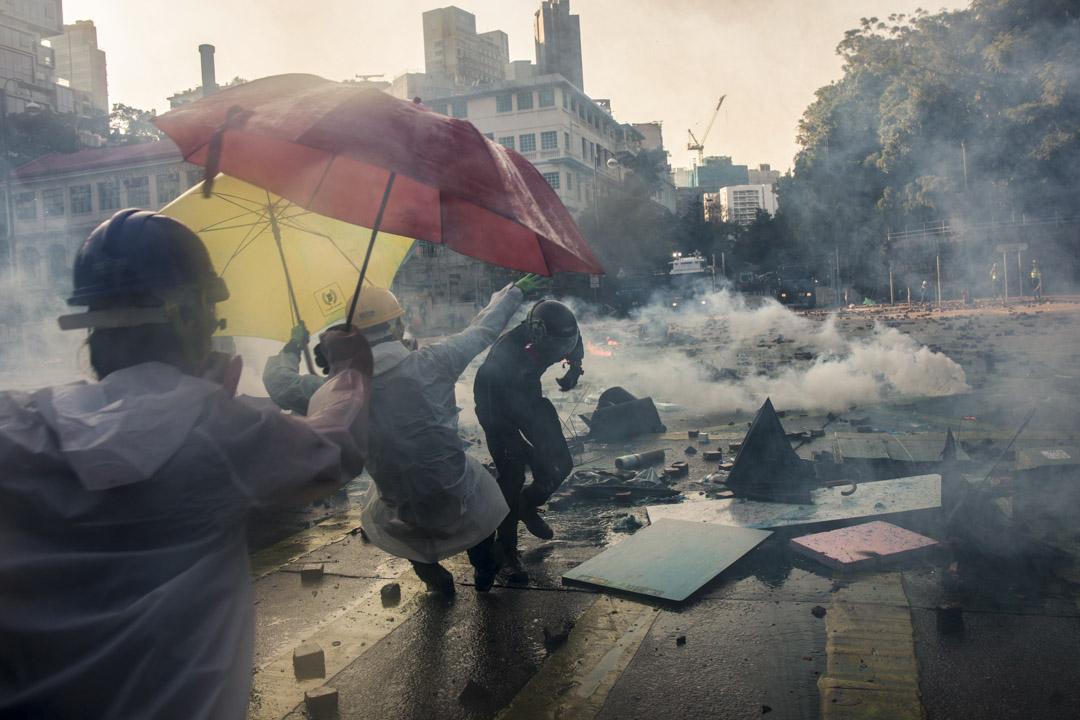 2019年11月17日,理工大學外水炮車向示威者的方向發射水炮。