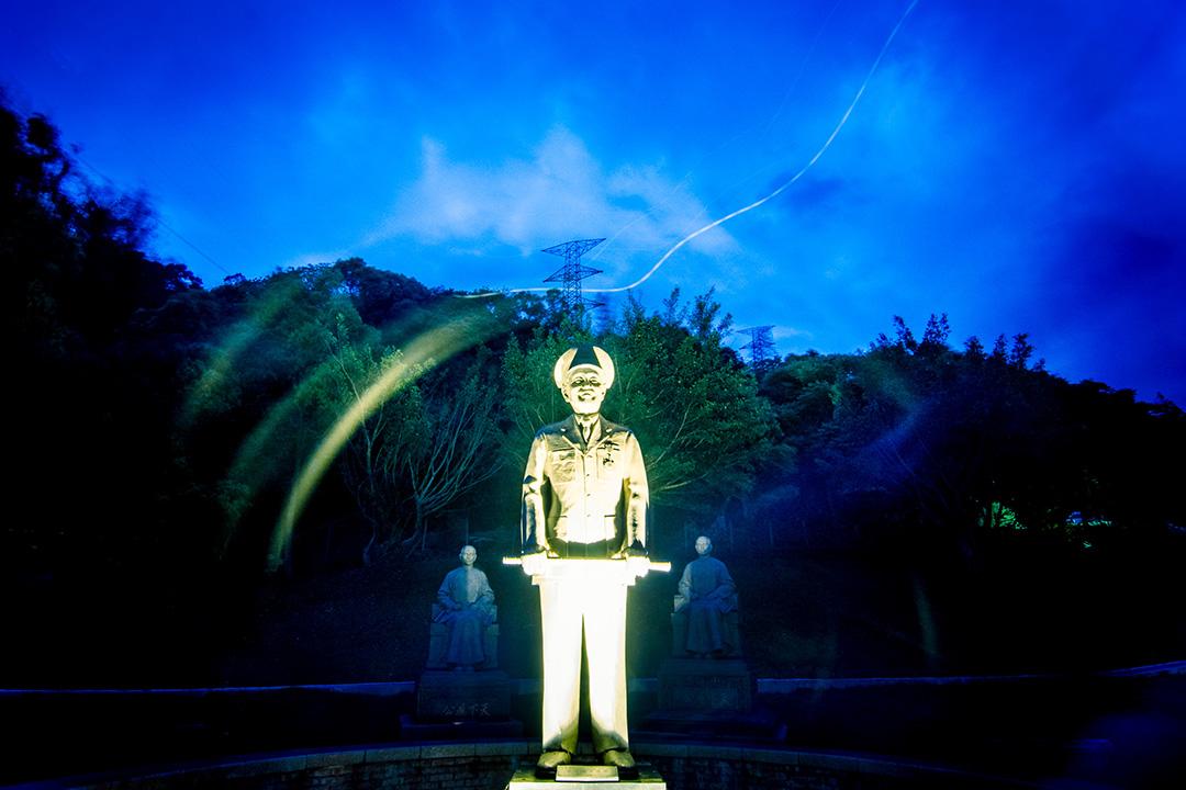 2014得獎作品《銅像蔣》。偉人銅像在過去台灣的公共場所隨處可見,其中以蔣介石銅像數量為最多。 民眾以自身觀感投射於此類政治圖騰之上,正反兩方常激發意識型態之爭。 銅像所塑之人本身,最終被拋諸腦後,而成為被較勁兩方所利用之影武者。