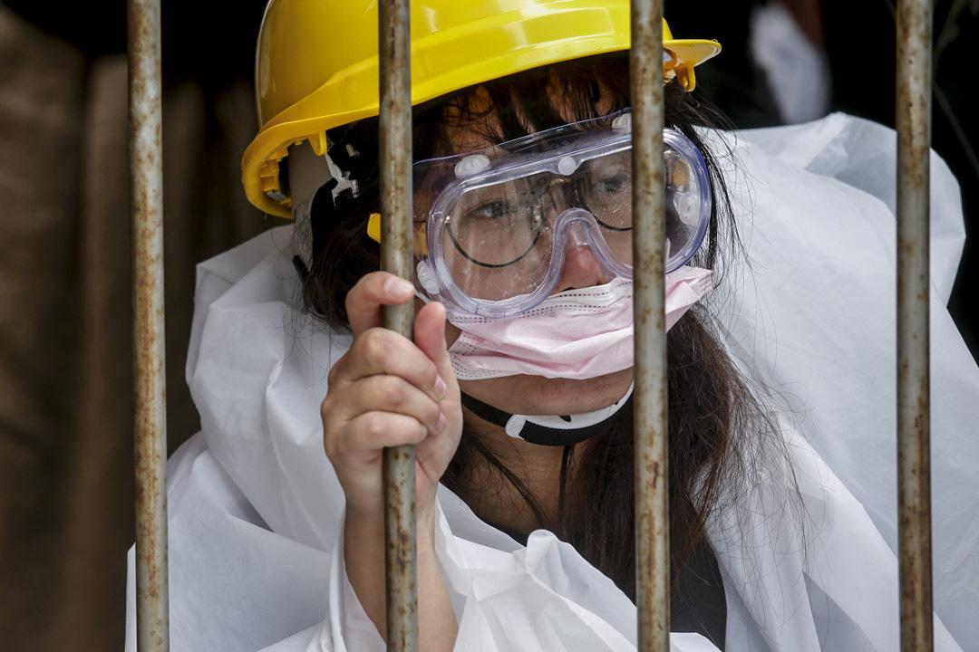 2019年6月12日,大批香港市民佔領金鐘立法會和政府總部附近的街道,一位女示威者在現場。