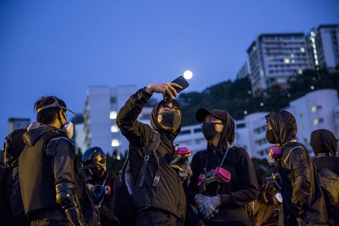 2019年11月14日,日出時示威者在中文大學二號橋現場。