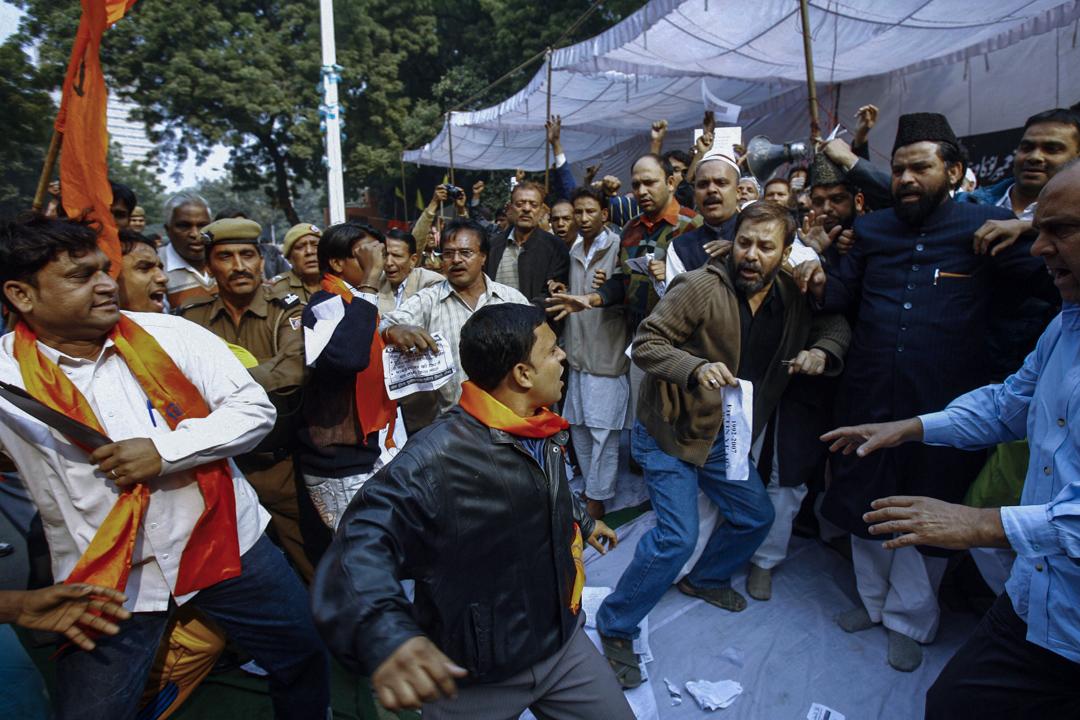 印度北方邦的阿約提亞為印度國內印度教和伊斯蘭教的宗教衝突熱點。圖為2014年清真寺被搗毀15週年的衝突。