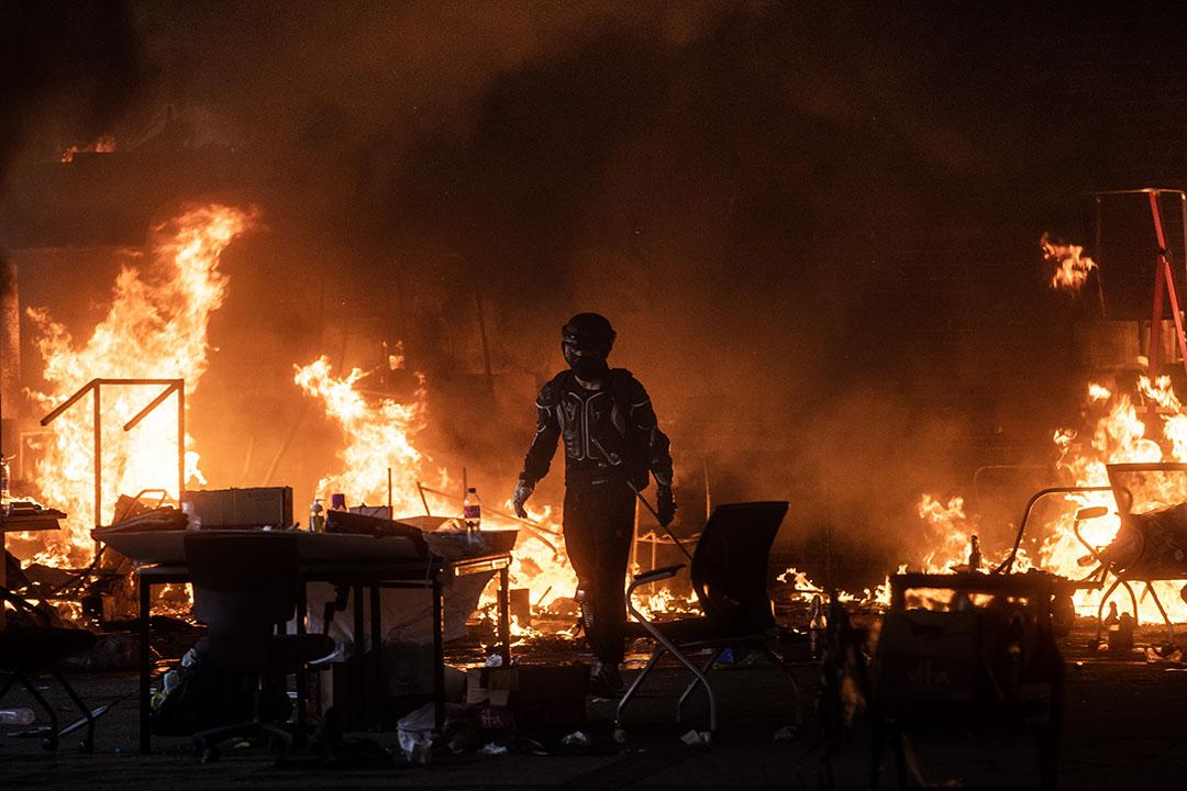 2019年11月18日,下午四點半左右,理大發生火警,多次傳出爆炸聲,有示威者嘗試救火,最後由消防員到場救熄。