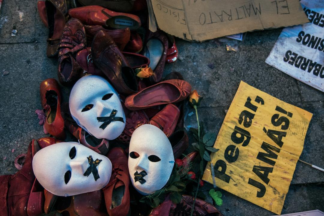 西班牙一個反對性別暴力的遊行,示威者將面具、鞋子和標語牌放在地上。 攝:Marcos del Mazo/LightRocket via Getty Images