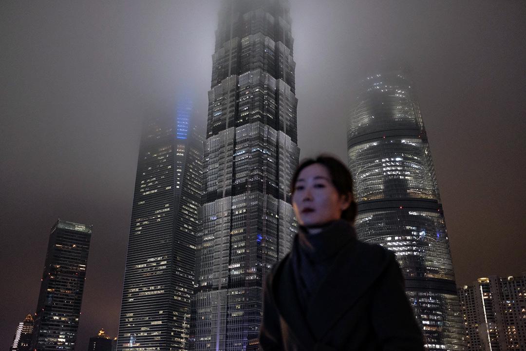 2019年1月10日,一名婦女在上海金融區的行人天橋上走過。 攝:Matthew Knight/AFP via Getty Images
