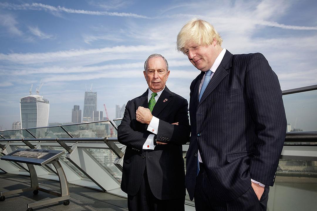 2013年9月24日,倫敦市長鮑里斯·約翰遜與紐約市長麥克·布隆伯格在市政廳的陽台上交談。