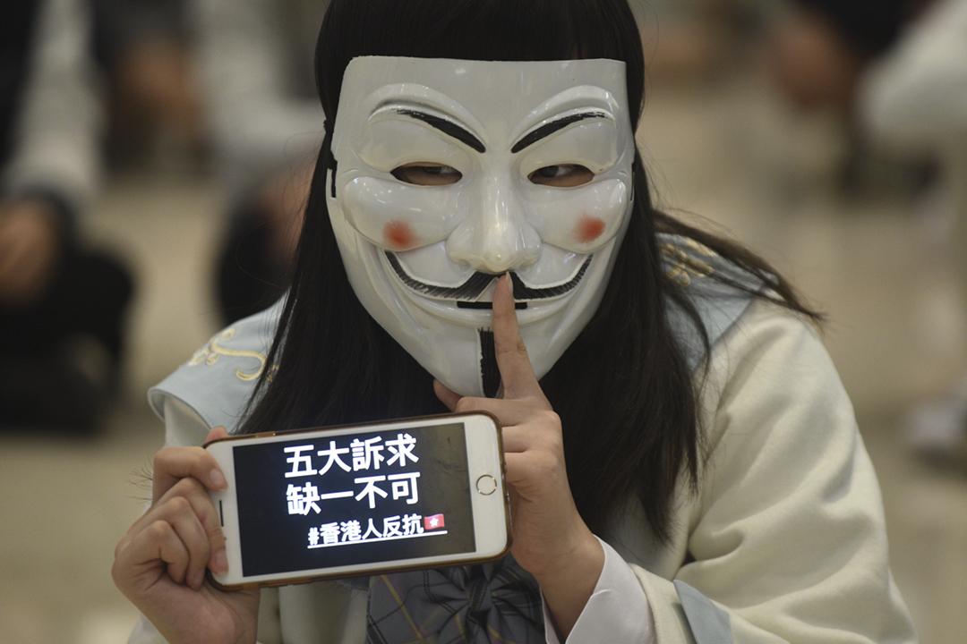 2019年11月21日在香港元朗,有示威者戴上 V 煞面具,參加紀念及控訴「721 元朗白衣人肆意襲擊市民事件」的活動。 攝:Philip Fong / AFP / Getty Images