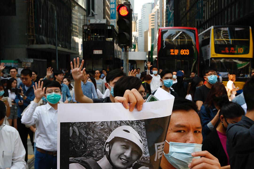 11月8日下午,中環,早前墮樓的科大學生周同学今晨確認離世,中午有民眾自發組織快閃遊行及悼念活動。