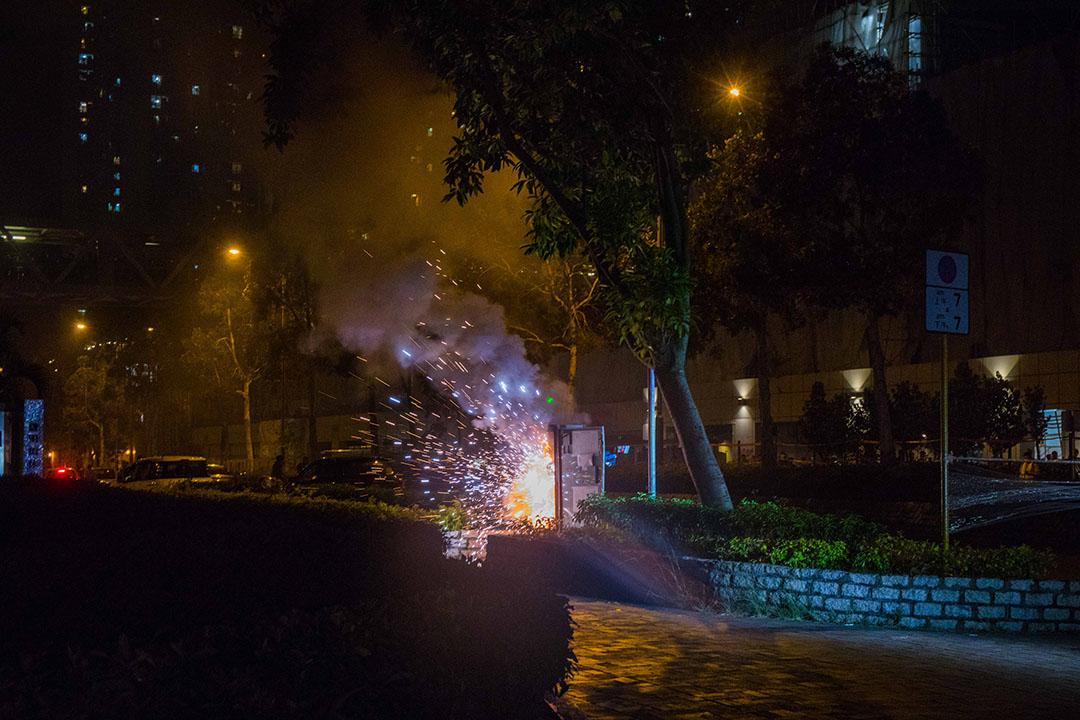 11月8日晚上22:48分左右,將軍澳有電箱起火,一度傳出巨響和迸發火花。