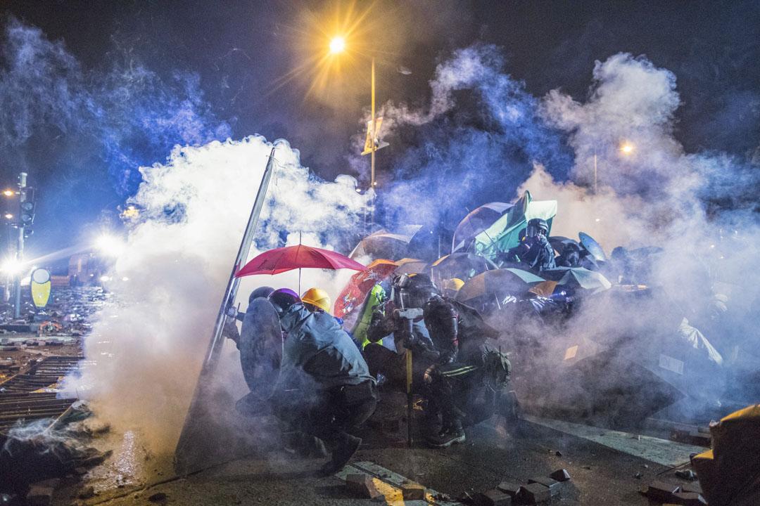 2019年11月17日,理工大學外警員向示威者施放催淚彈。 攝:陳焯煇/端傳媒