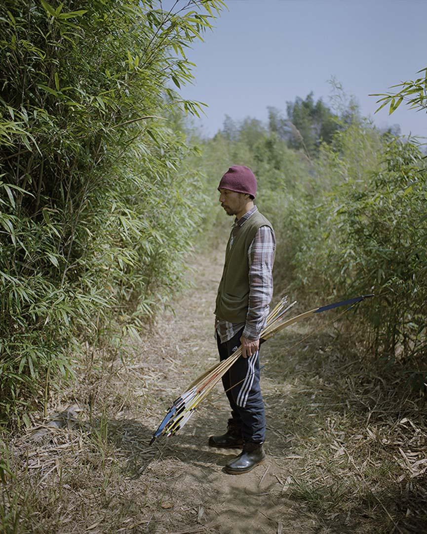 於伯公今年48歲,曾在北京長期居住,從事藝術相關活動。2016年來到「南部生活」共識社區,進行了大量的房屋改造工作,並自釀白酒和自制弓箭。