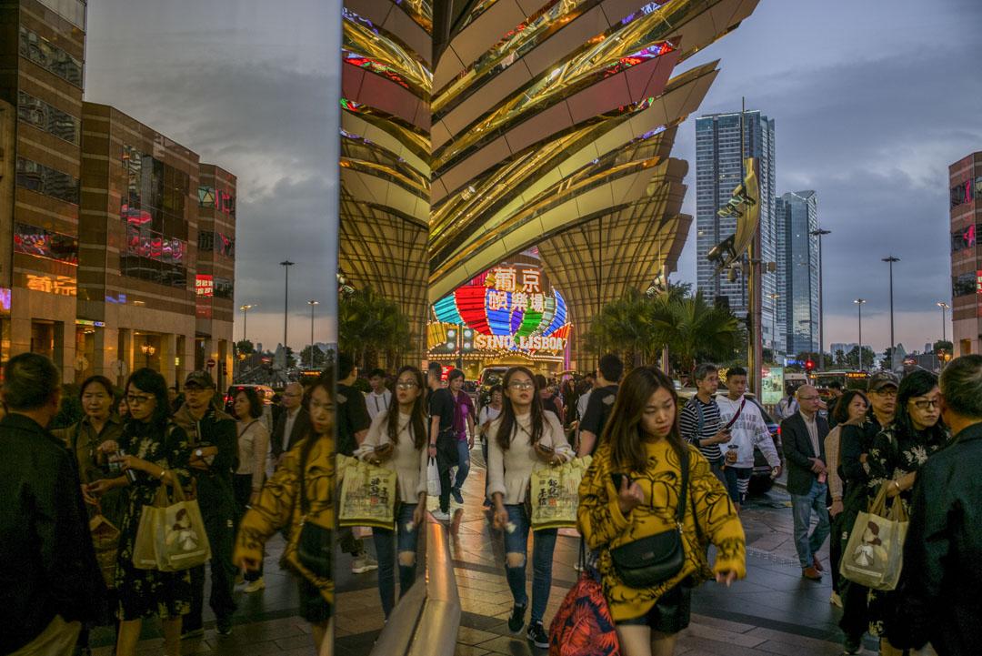 2019年12月18日,澳門新萄京娛樂場外,旅客等待接駁車。