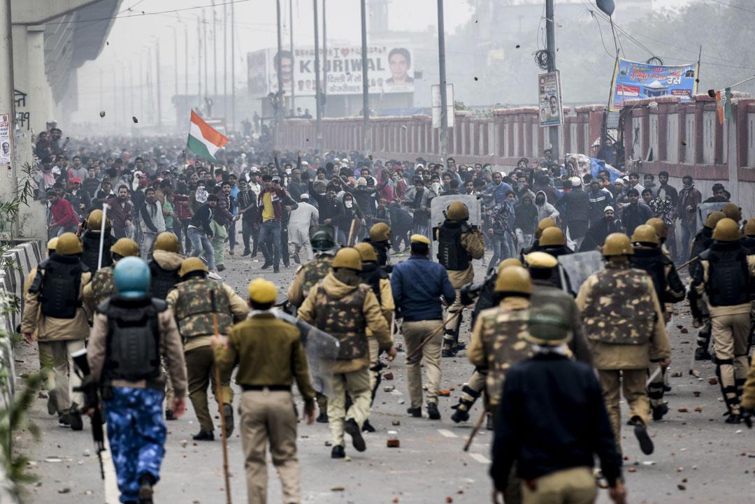 2019年12月17日,印度新德里,抗議者抗議《公民身份法》修正案時向警察扔石頭。
