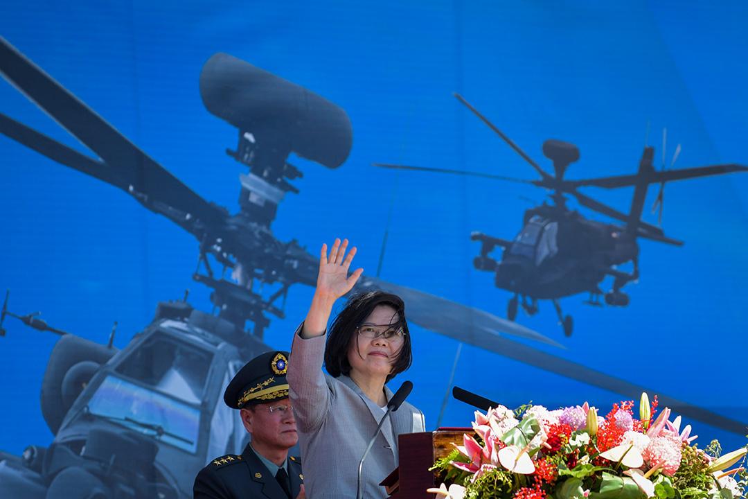 2018年7月17日桃園,台灣總統蔡英文在一個軍事基地舉行的儀式上揮手,背景為美國製阿帕奇AH-64E直升機。