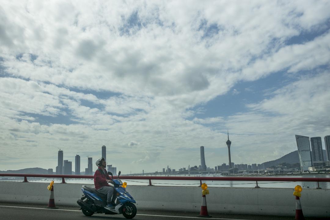 2019年12月18日,電單車行走在澳門友誼大橋上。