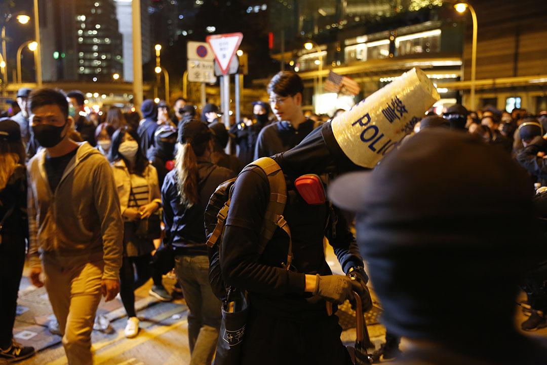 2019年12月8日,民陣發起國際人權日遊行,有示威者頭戴寫有「警察」字樣的雪糕筒。